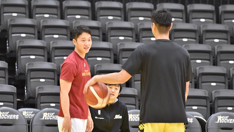 渋谷戦の試合前には、高校大学の同級生・杉浦選手と談笑する様子も見られた