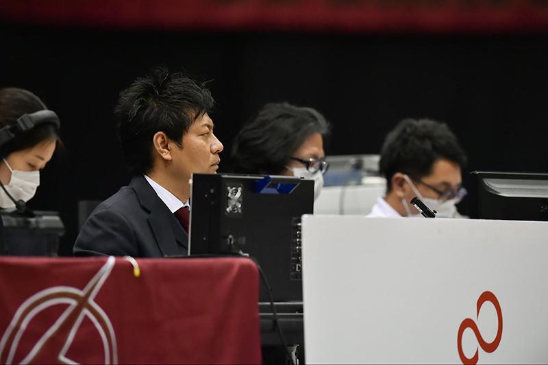 試合の状況を見つめる高森てつさん(©KAWASAKI BRAVE THUNDERS)