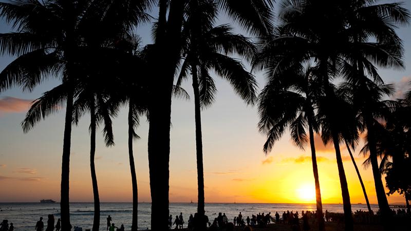 賑やかなビーチのムードが変わる瞬間を ワイキキ・ビーチ/Waikiki Beach