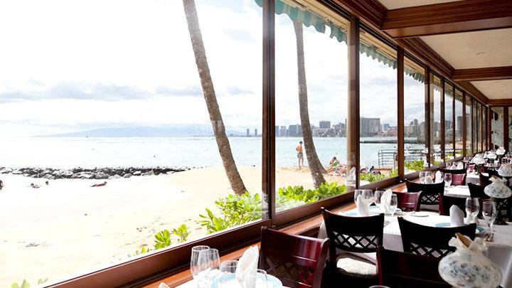 おいしい料理を味わいながら、ハワイの絶景を目に焼き付けよう