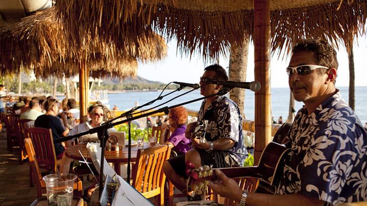 ライブレストランで、本場のハワイアンミュージックを堪能